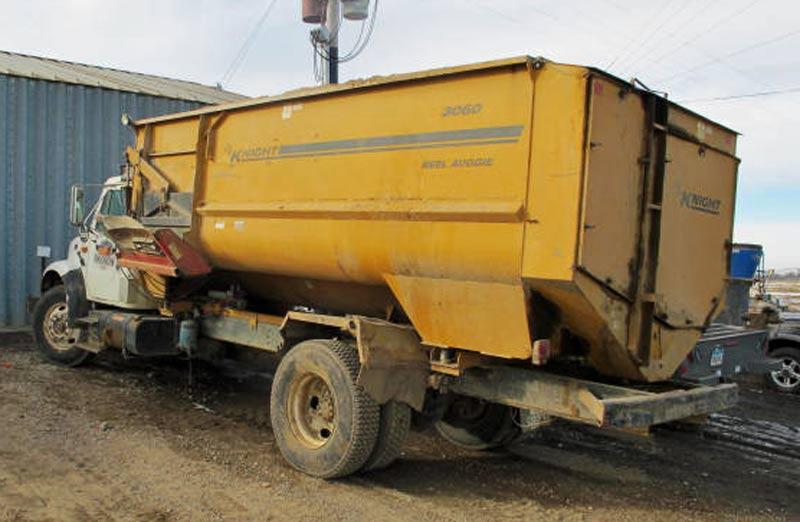 Knight 3060 reel mixer on IH truck feed truck | Farm Equipment>Mixers>Reel Feed Mixers - 7