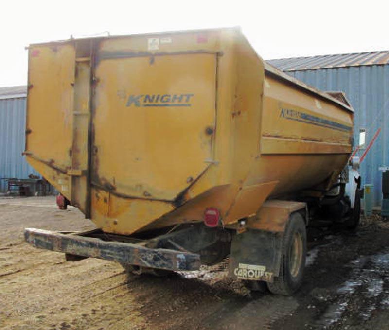 Knight 3060 reel mixer on IH truck feed truck | Farm Equipment>Mixers>Reel Feed Mixers - 6