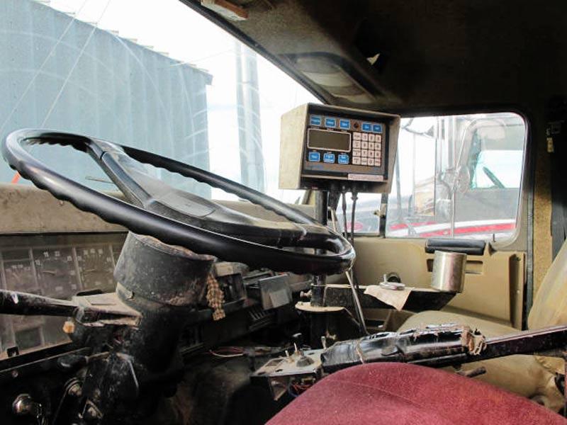 Knight 3060 reel mixer on IH truck feed truck | Farm Equipment>Mixers>Reel Feed Mixers - 5