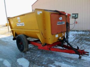 Knight 3250 feed mixer wagon