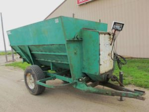 Henke 300 3 auger mixer wagon | Farm Equipment>Mixers>Misc. Feed Mixers - 1