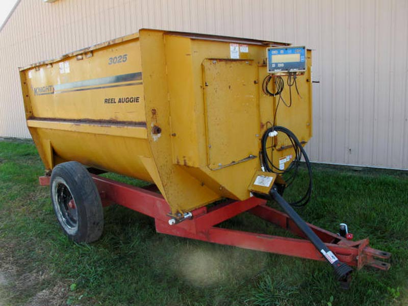 Knight 3025 reel mixer feeder wagon
