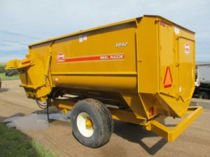 Knight 3042 reel mixer feeder wagon