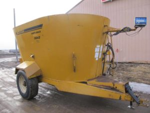 Knight 5042 vertical mixer feeder wagon