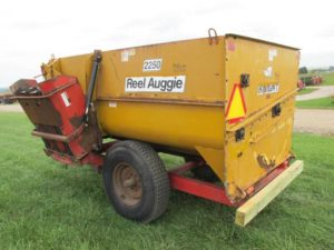 Knight 2250 reel mixer feeder wagon