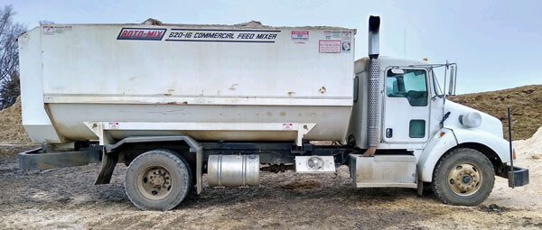 Roto-Mix-620-16-Feed-Mixer-on-2007-Kenworth-Truck